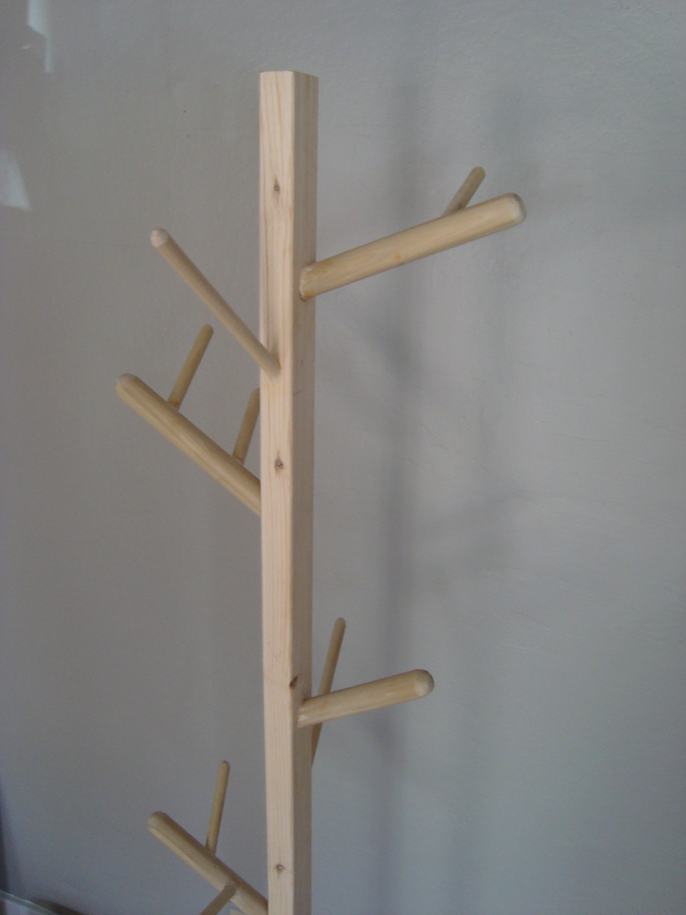 Diy diy tree coat stand plans free for Diy standing coat rack ideas